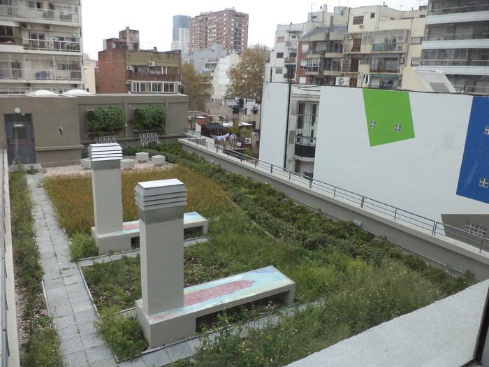 La terraza verde de la escuela María Claudia Falcone, de Palermo