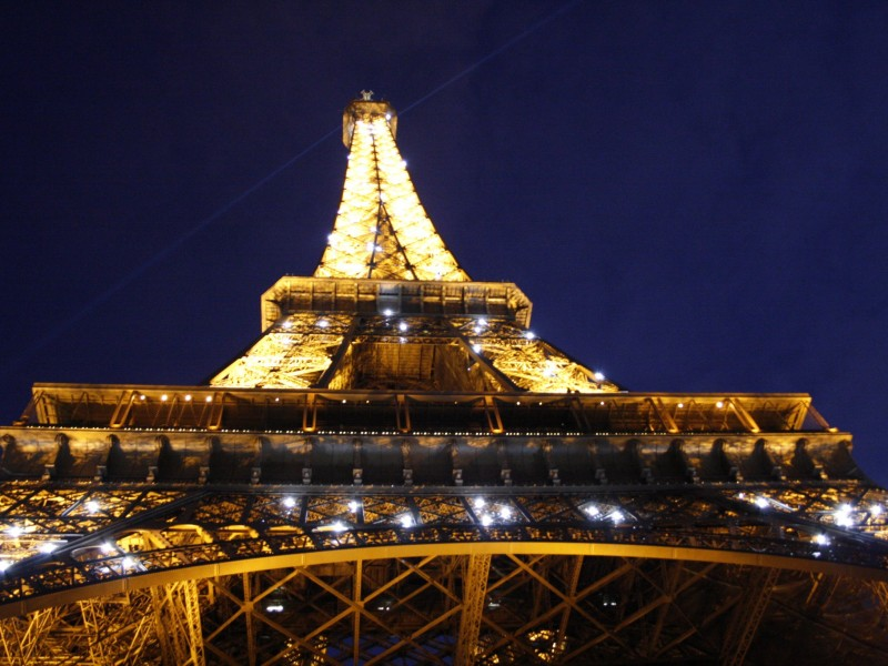 Eiffel_Tower_Lighting_up_Paris -