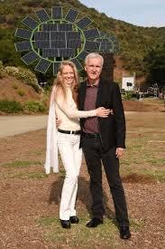James Cameron y su esposa, Suzy Amis, felices junto a las maxi flores solares